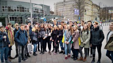 Die 11. Klasse vor der Berufs- und Studienmesse in Hamburg